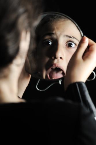 kozzi-2432985-little_girl_looking_herself_in_the_mirror-588x884.jpg