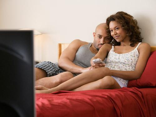 rbk-couple-bed-watching-tv-de1