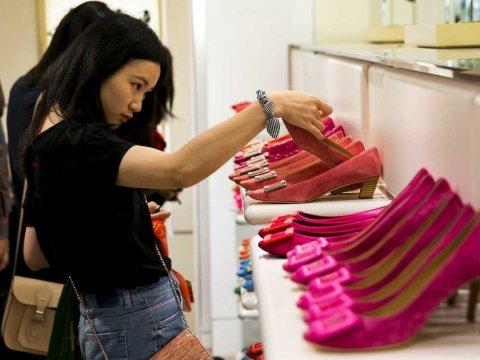 woman-shoe-shopping
